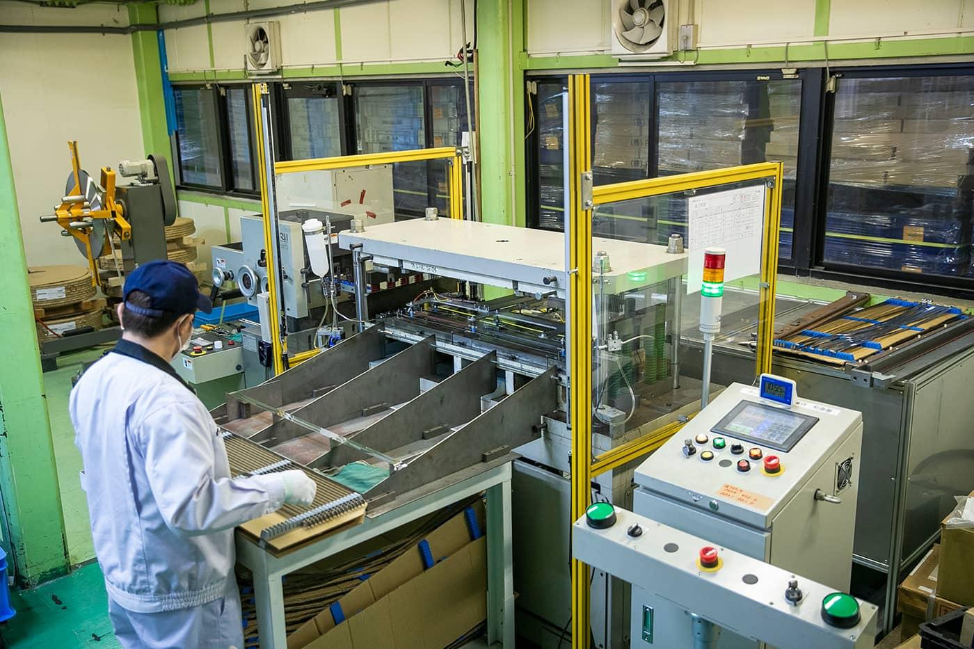 遊技機台の「外レール」自動生産設備。高品質な製品の安定供給を可能にした。