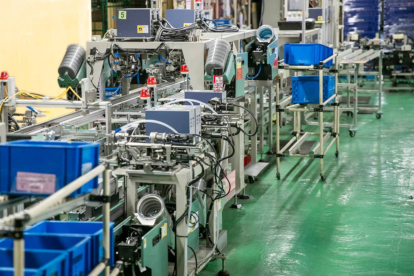 遊技機台の「外枠」生産設備。変動する生産量に対しては手動生産に切り替えるなどフレキシブルな対応を実現している。